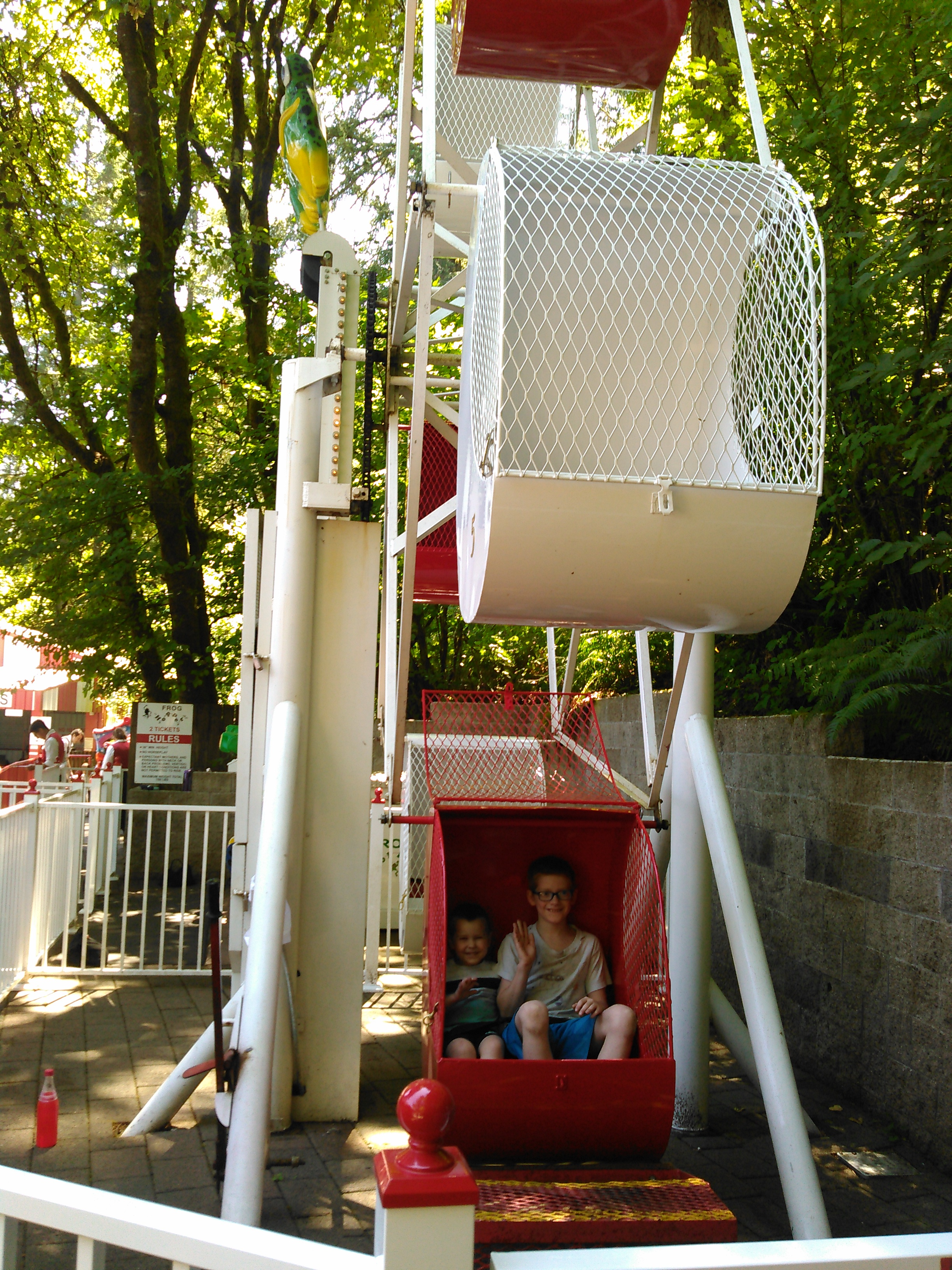 Small Fry and Munchkin on the kiddie Ferris wheel.